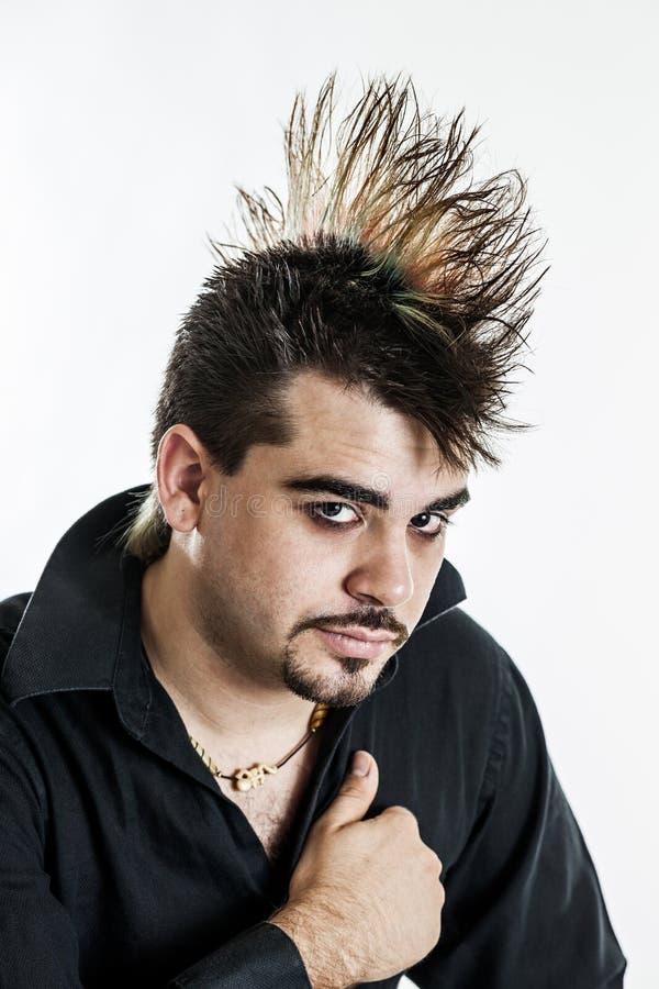 Homem novo com penteado do mohawk foto de stock