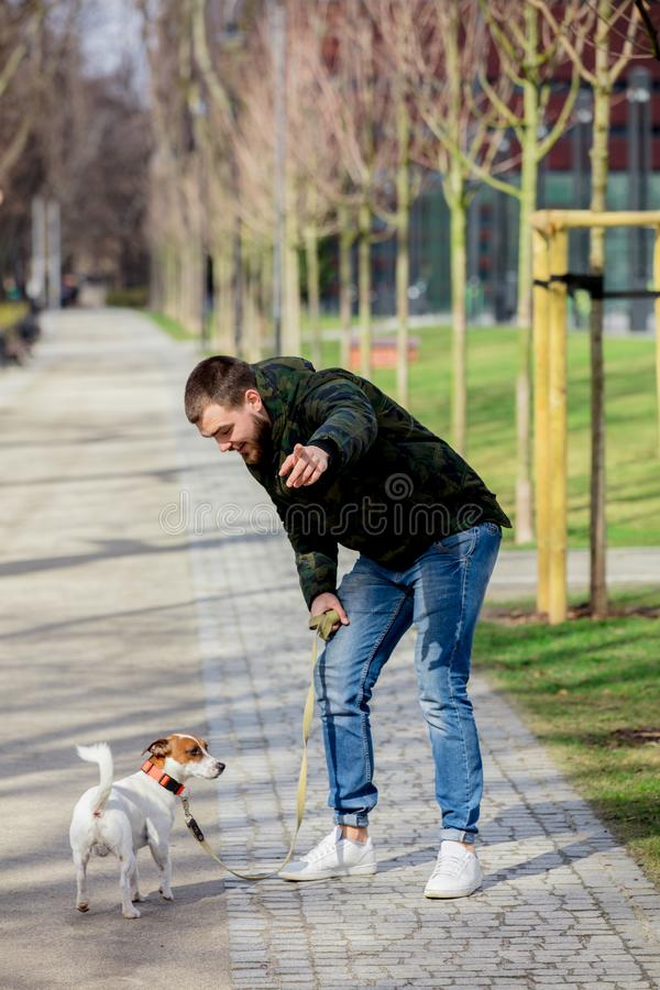 Homem novo com seu cão, Jack Russell Terrier imagem de stock royalty free