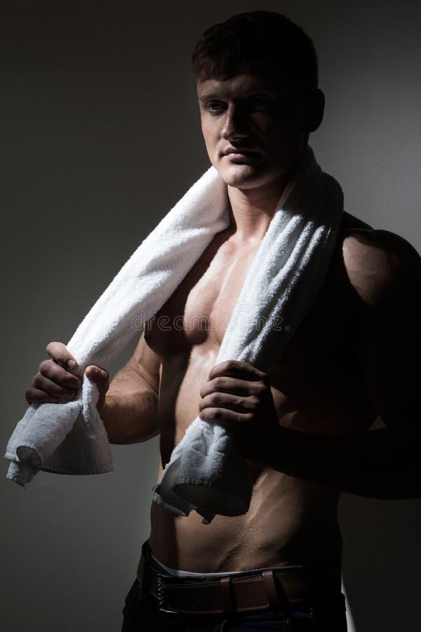 Homem novo com a toalha sobre seu pescoço foto de stock