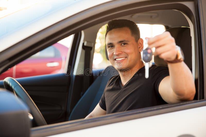 Homem novo com um carro brandnew fotografia de stock