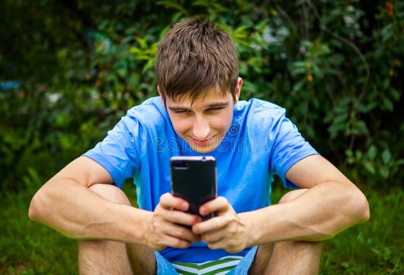 Homem novo com um telefone imagem de stock royalty free
