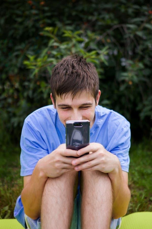 Homem novo com um telefone fotografia de stock royalty free