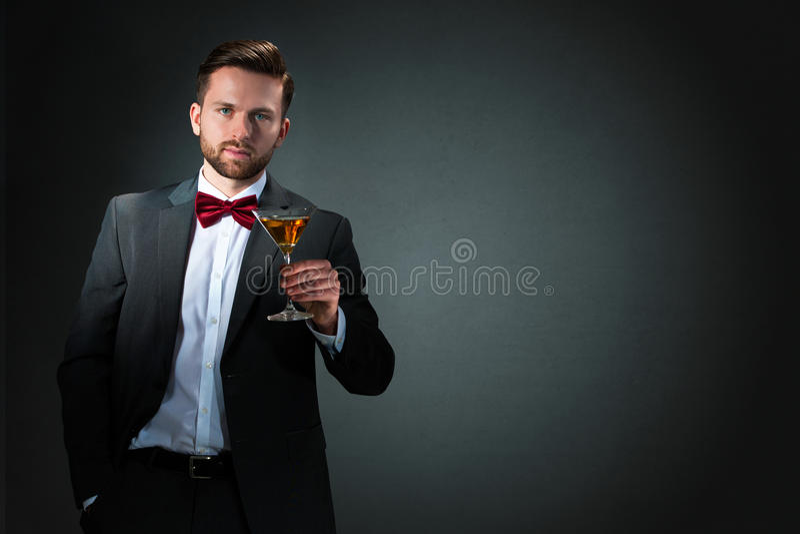 Homem novo com um vidro de cocktail fotos de stock royalty free