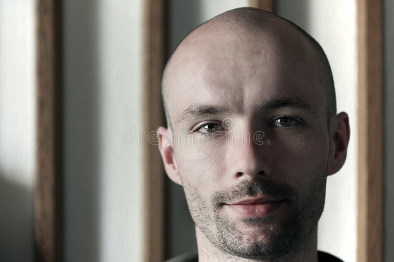 Homem novo com uma cabeça calva imagens de stock