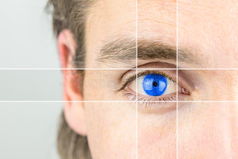 Homem novo com uns olhos azuis vívidos fotografia de stock