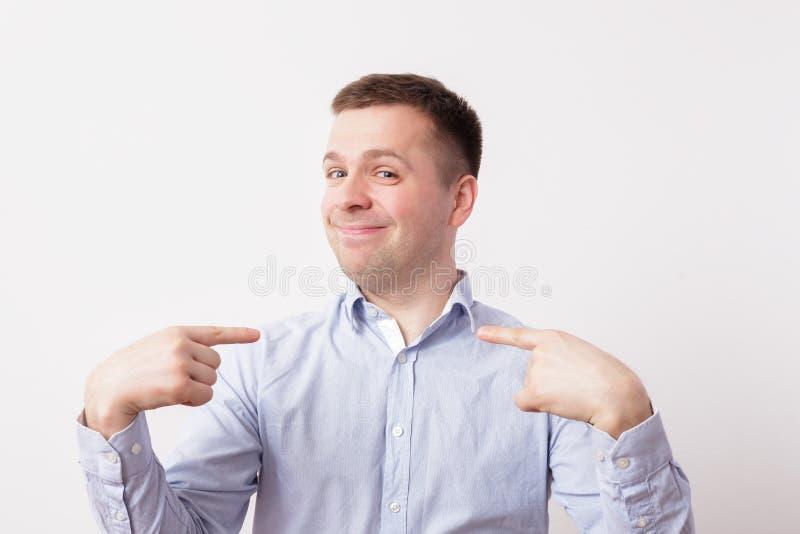 Homem novo complacente e orgulhoso imagens de stock