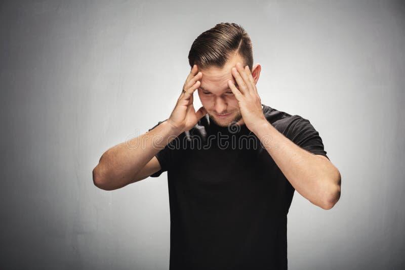 Homem novo confuso e incomodado fotografia de stock