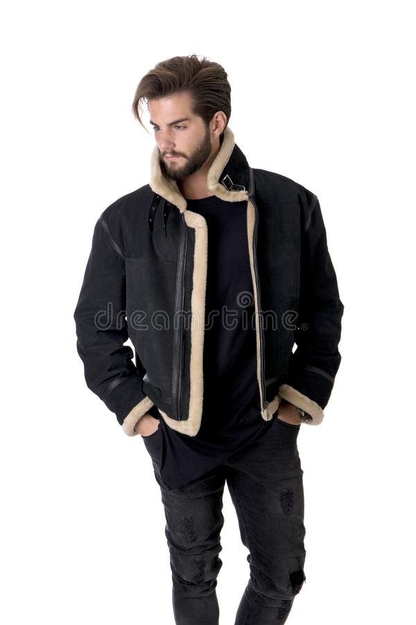 Homem novo considerável com casaco de cabedal preto foto de stock royalty free
