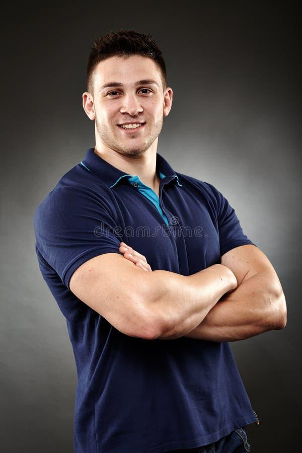 Homem novo considerável com os braços dobrados imagem de stock royalty free