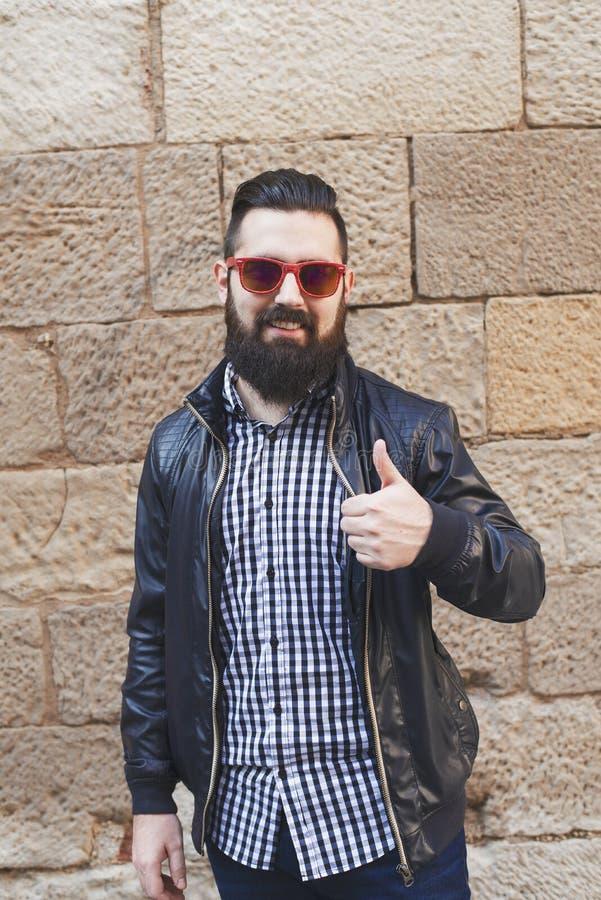 Homem novo considerável com uma barba foto de stock