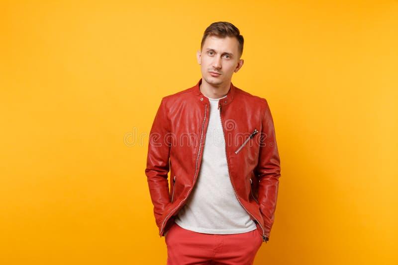 Homem novo considerável da calma da moda do retrato 25-30 anos no casaco de cabedal vermelho, posição do t-shirt isolado na tensã fotos de stock