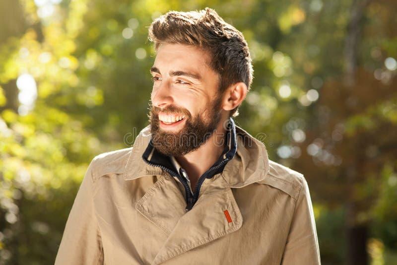 Homem novo considerável de sorriso exterior imagem de stock royalty free