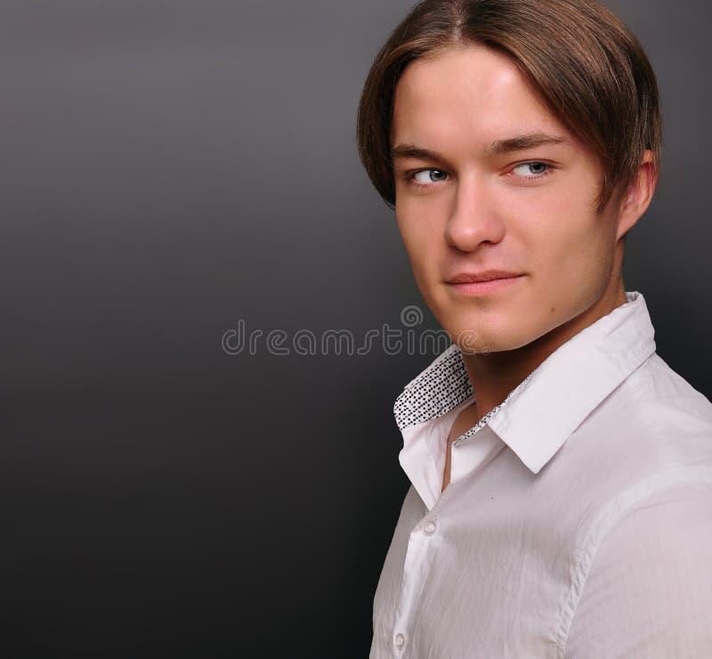 Homem novo à moda, sorrindo. Modelo masculino. imagem de stock royalty free