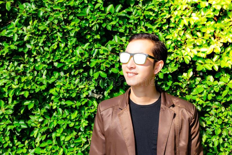 Homem novo considerável encantador do retrato O indivíduo considerável atrativo é fotografia de stock royalty free