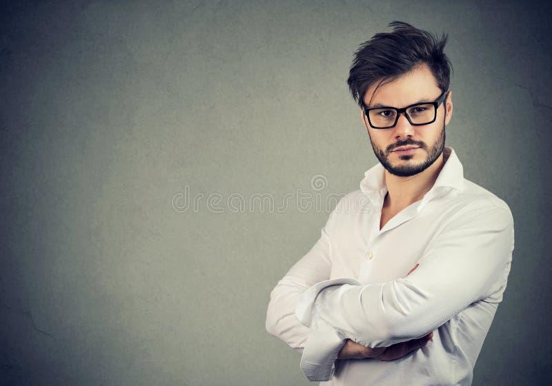 Homem novo considerável na camisa branca imagem de stock royalty free