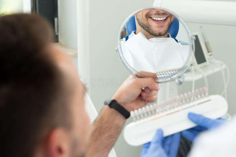Homem novo considerável na clínica do stomatology fotografia de stock