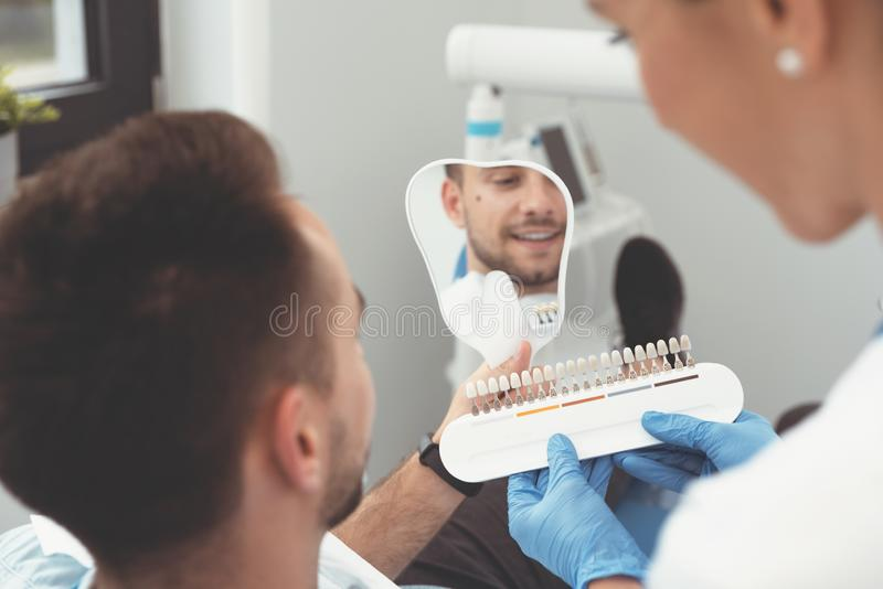 Homem novo considerável na clínica do stomatology fotografia de stock royalty free