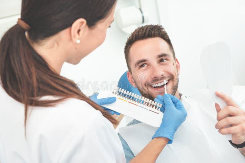 Homem novo considerável na clínica do stomatology fotos de stock royalty free