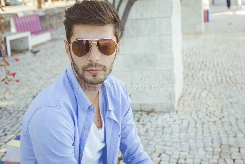 Homem novo considerável no blue-jeans foto de stock