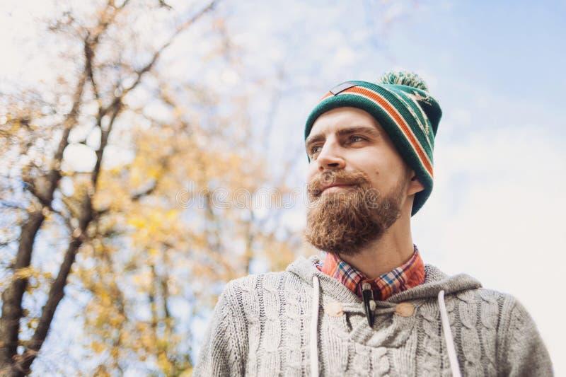 Homem novo considerável que veste o retrato morno do ar livre da roupa fotos de stock royalty free