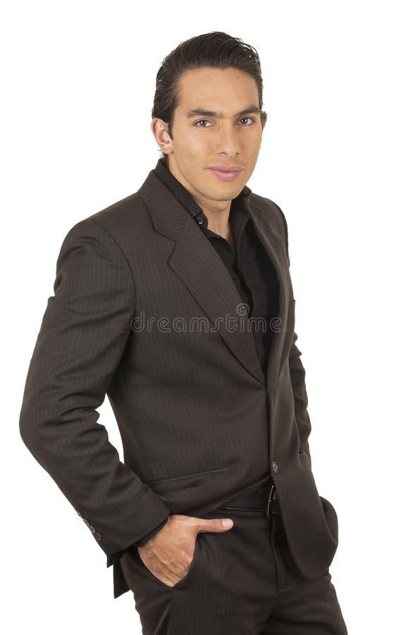 Homem novo considerável que veste um terno que levanta com imagem de stock royalty free