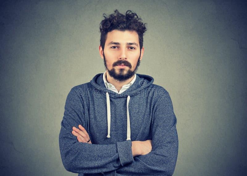 Homem novo da barba do moderno que sente seguro foto de stock