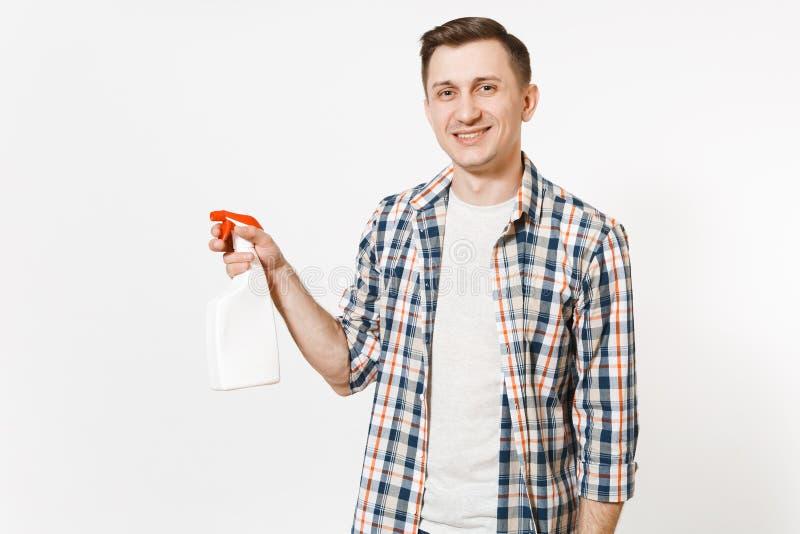 Homem novo da empregada na camisa quadriculado que guarda a garrafa de limpeza vazia do pulverizador da placa branca com o líquid foto de stock