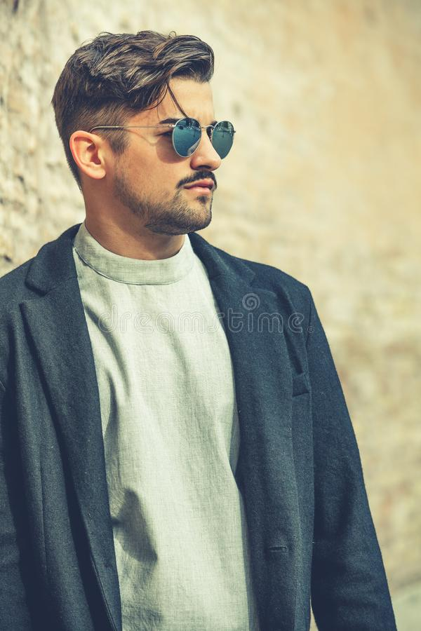 Homem novo da forma considerável fresca Homem à moda com óculos de sol imagem de stock royalty free