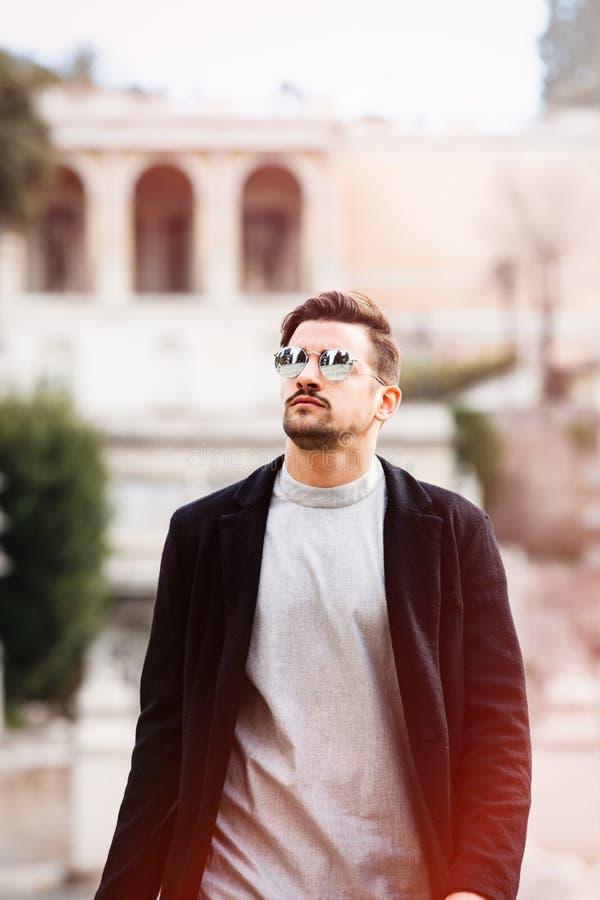 Homem novo da forma considerável fresca Homem à moda com óculos de sol fotos de stock royalty free