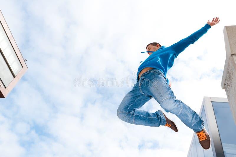 Homem novo de salto fotos de stock royalty free