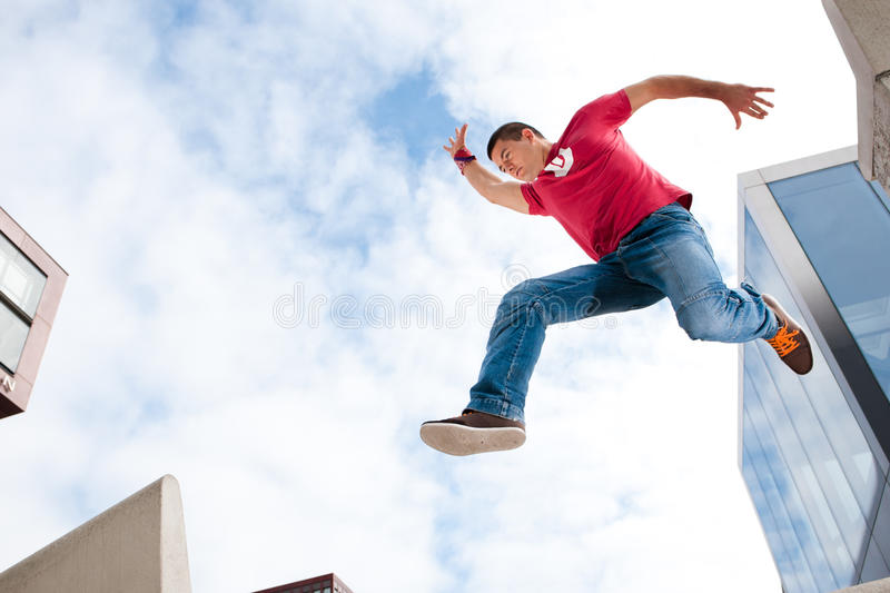 Homem novo de salto fotografia de stock