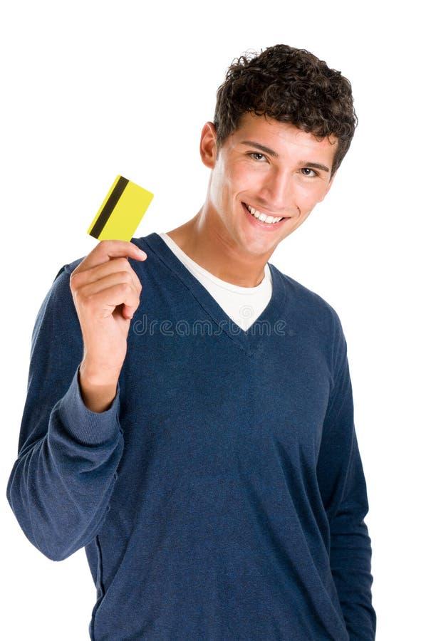 Homem novo de sorriso com cartão de crédito