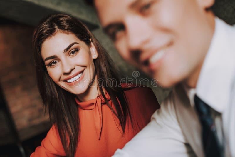 Homem novo de sorriso e coleagues fêmeas do negócio imagens de stock royalty free