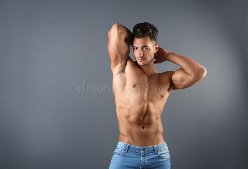 Homem novo descamisado em calças de brim à moda imagem de stock royalty free