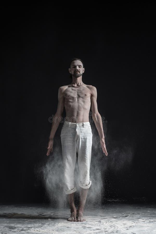Homem novo desportivo que dá certo, ioga, pilates, treinamento da aptidão, tadasana ereto básico do asana, postura da ioga da mon imagens de stock