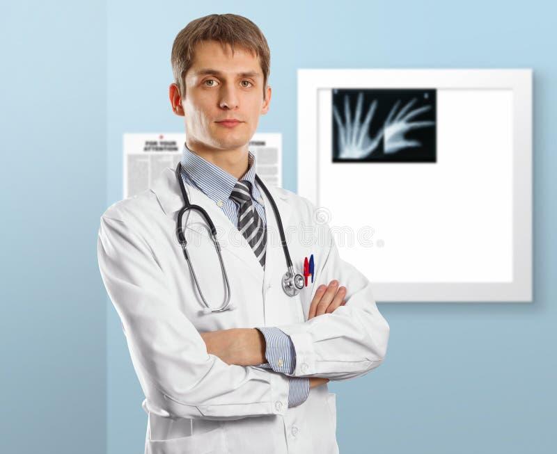 Homem novo do doutor com estetoscópio foto de stock royalty free