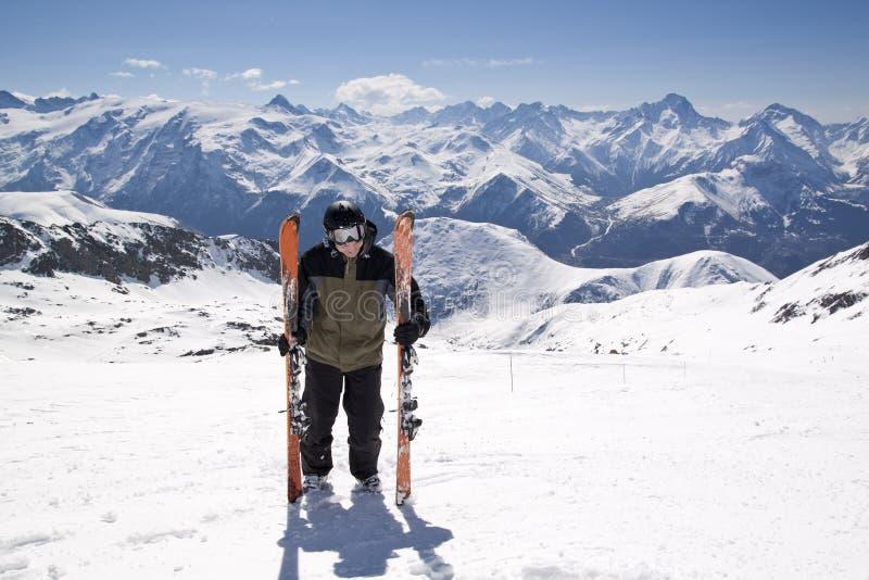 Homem novo do esqui que está na neve imagens de stock