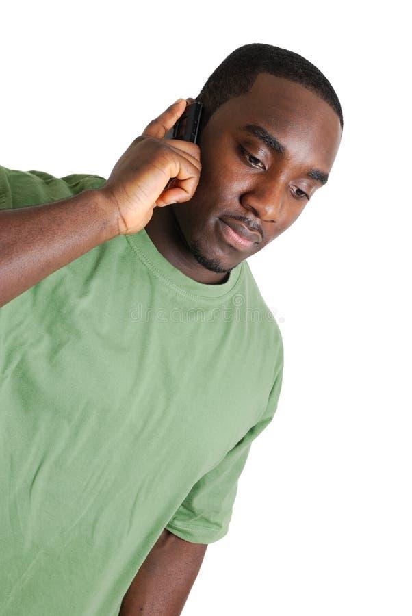 Homem novo do estudante que chama do telefone móvel foto de stock
