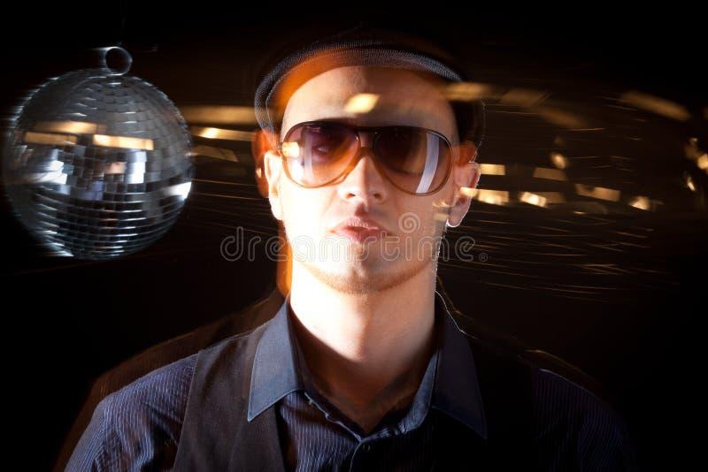Homem novo do philippino com bacia do disco imagem de stock