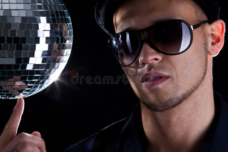 Homem novo do philippino com bacia do disco fotografia de stock royalty free