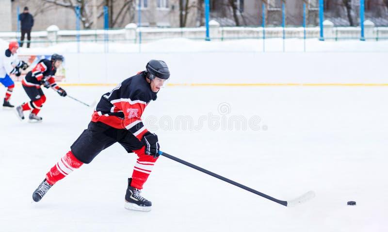 Homem novo do skater no ataque E fotografia de stock
