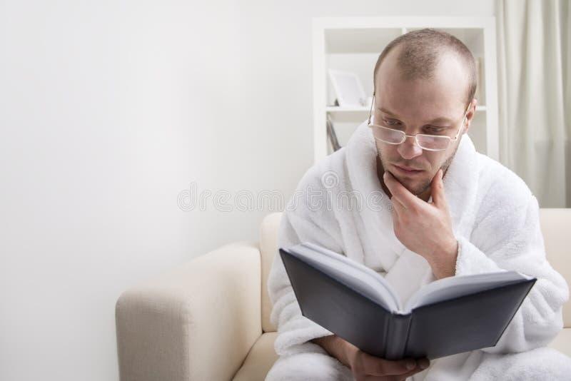 Homem novo e livro imagens de stock royalty free