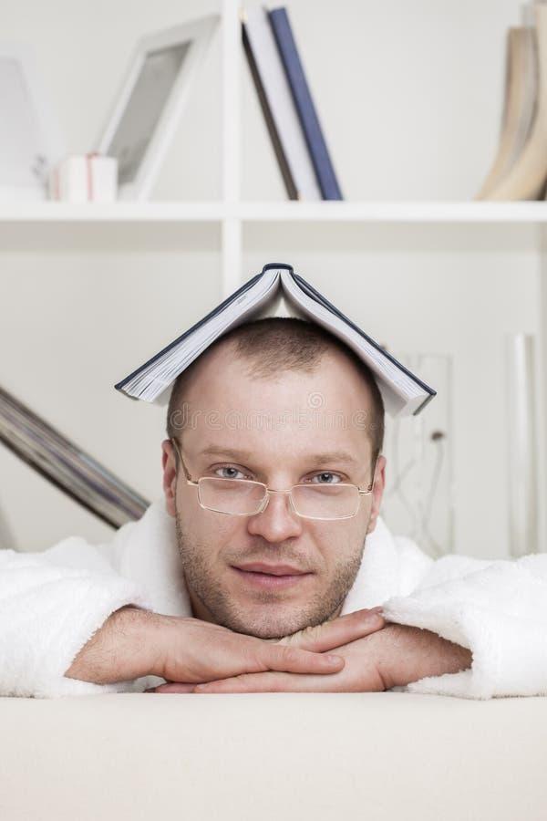 Homem novo e livro fotos de stock royalty free
