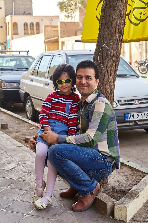 Homem novo, e menina, levantando para o fotógrafo, Kashan, IRA fotografia de stock royalty free