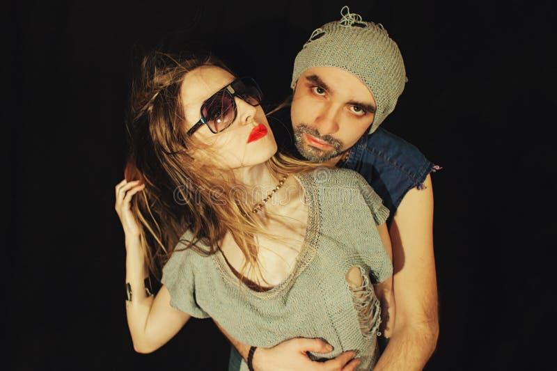 Homem novo e mulher no amor foto de stock