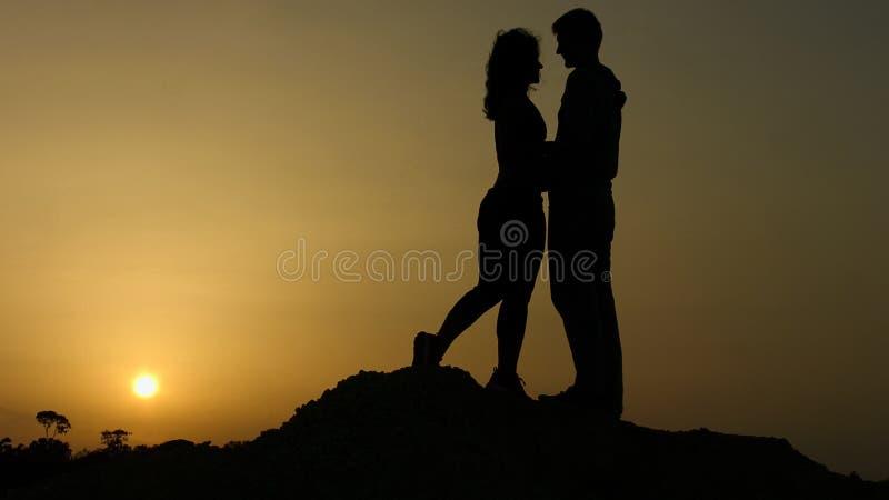 Homem novo e mulher no amor que abraça passionately, beijando, sentimentos românticos fotografia de stock royalty free