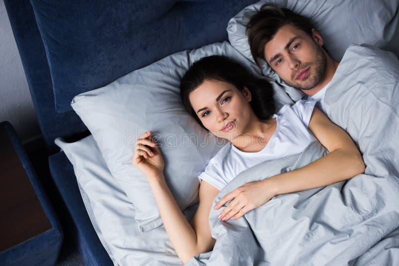 Homem novo e mulher que abraçam ao encontrar-se fotos de stock royalty free