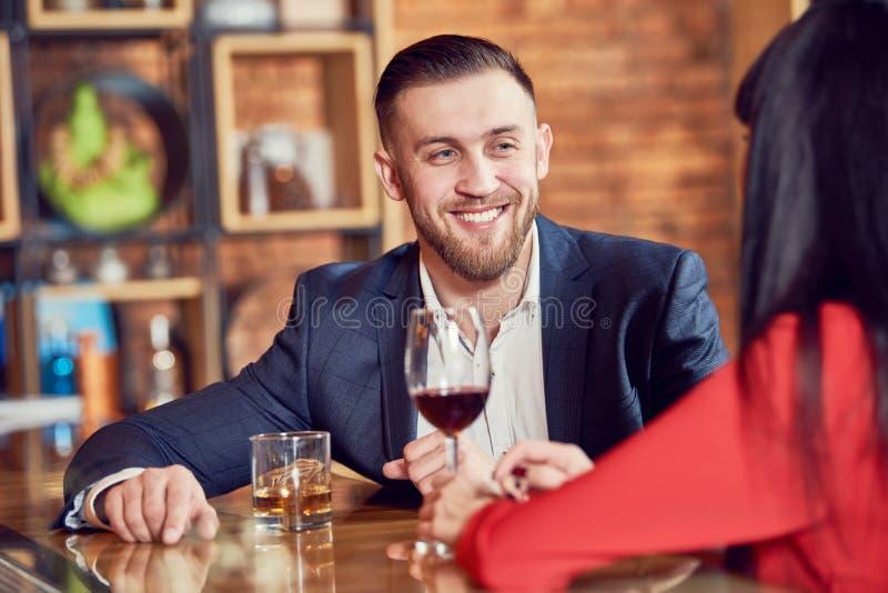 Homem novo e mulher que comemoram no restaurante foto de stock royalty free