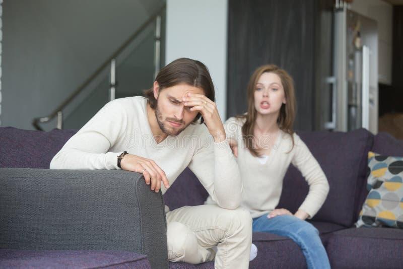Homem novo e mulher que discutem em casa fotos de stock