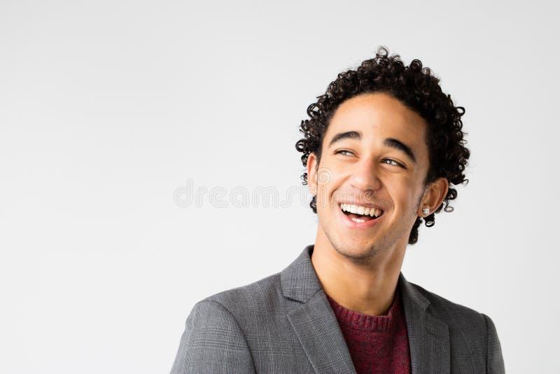Homem novo elegante com riso do cabelo encaracolado fotos de stock